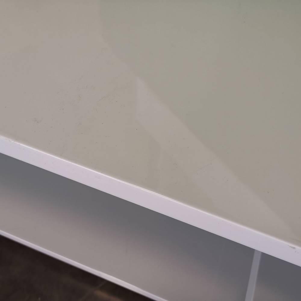 Table basse bois laqué blanc sur roulettes